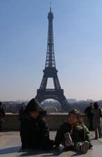 シャイヨー宮から見たエッフェル塔。手前はうちの子ら
